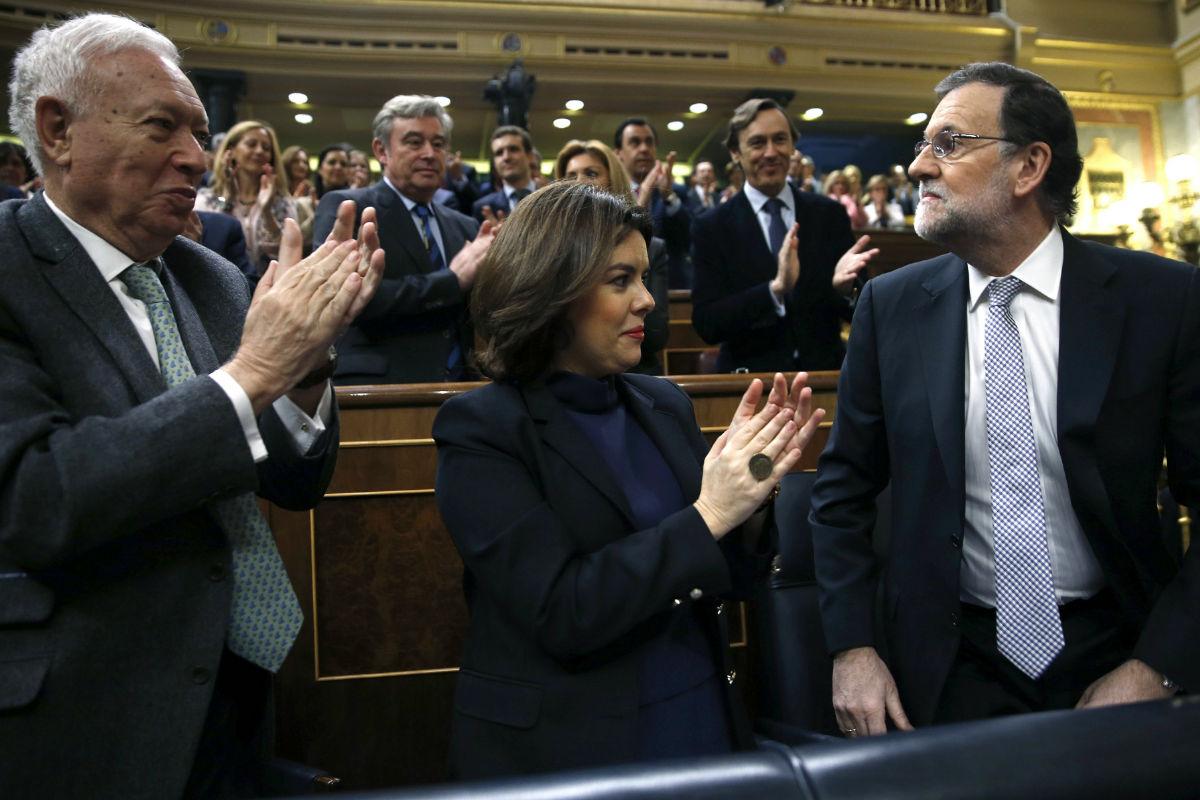 La bancada popular aplaude a Mariano Rajoy. (Foto: EFE)