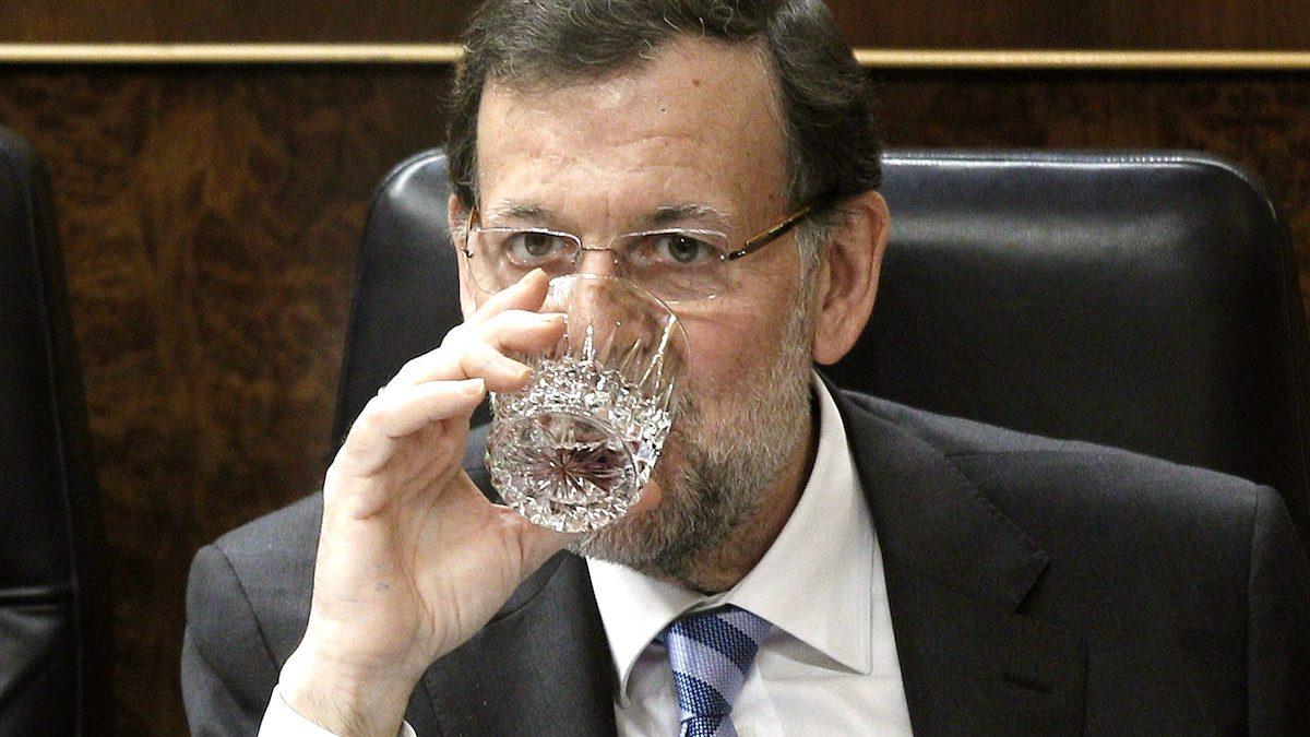 El presidente del Gobierno, Mariano Rajoy, bebe un vaso de agua en el Congreso. (Foto: EFE)