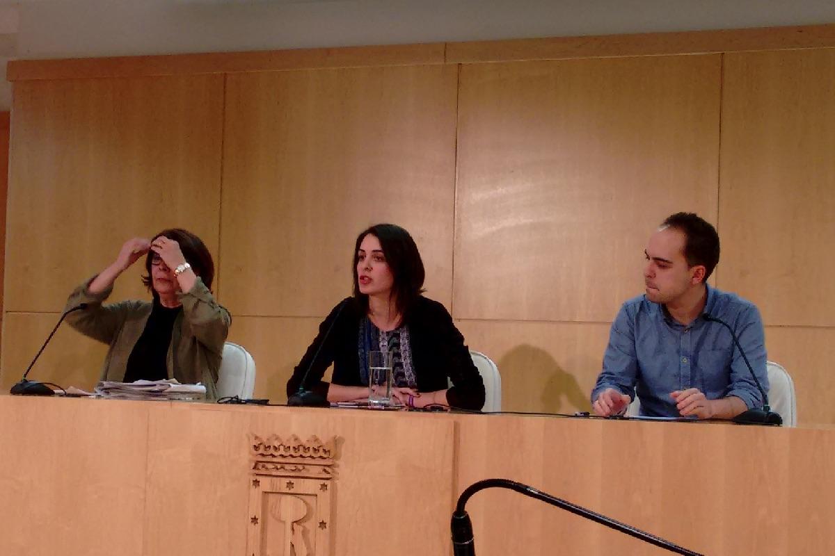 Rita Maestre acompañada de Inés Sabanés y Juan Manuel Calvo. (Foto: OKDIARIO)