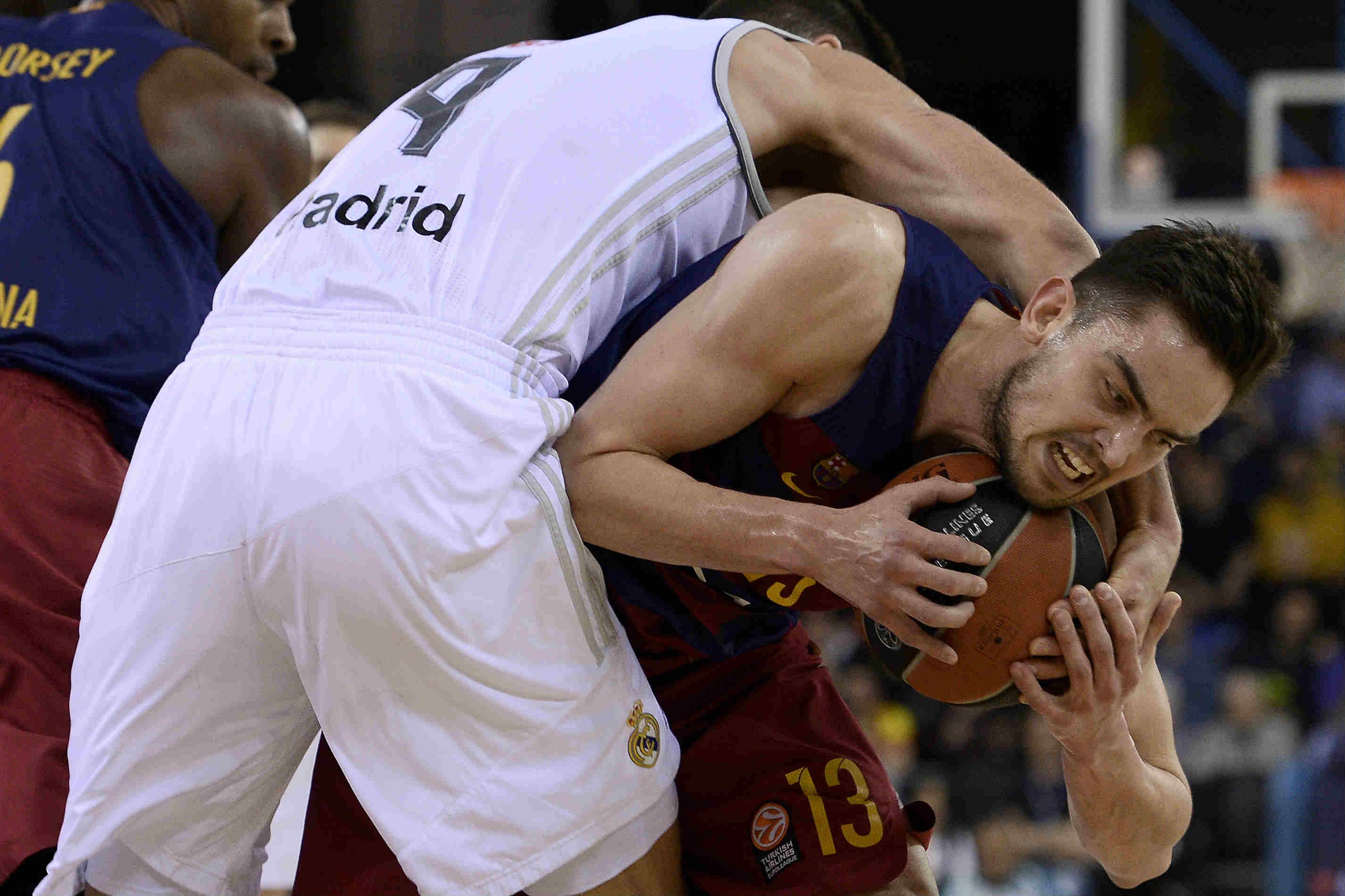 Satoransky pelea contra con el capitán del Real Madrid, Felipe Reyes. (AFP)