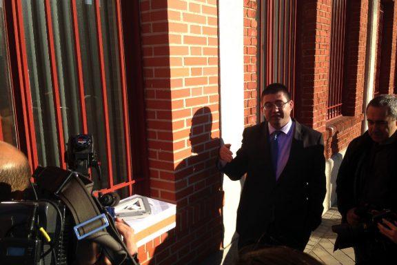 Sanchez Mato presentado el proyecto en la repisa de una ventana. (Foto: OKDIARIO)