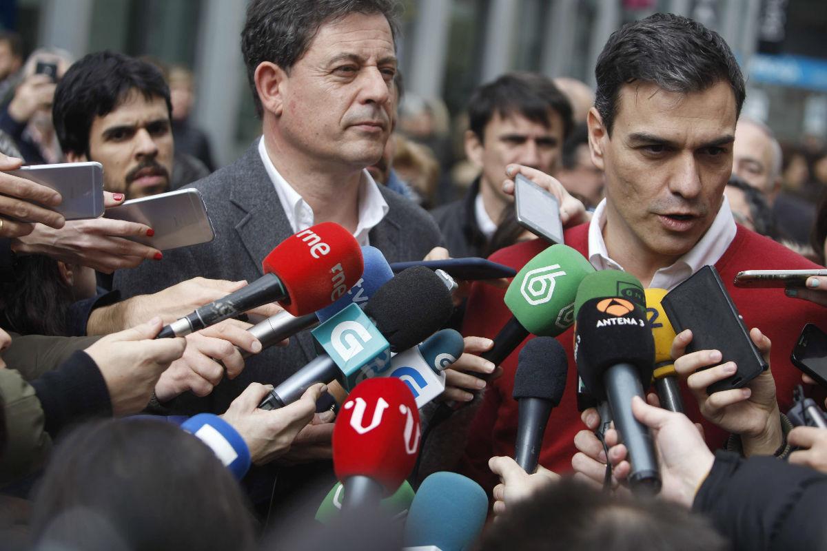 Sanchez en su visita a A Coruña con Besteiro. (Foto: EFE)