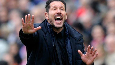 Simeone dando indicaciones durante el partido contra el Eibar. (Getty)