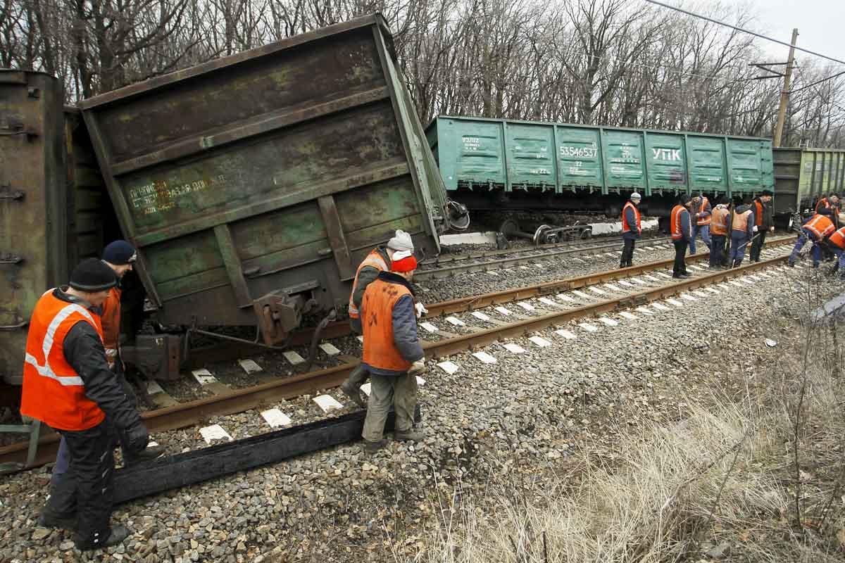 Un tren accidentado en la ciudad ucraniana de Yasynuvata controlada por los rebeldes (Foto: Reuters)