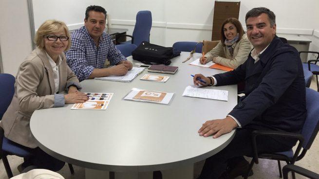 El candidato de C´s en Dos Hermanas en 2015, Manuel Varela durante una reunión.