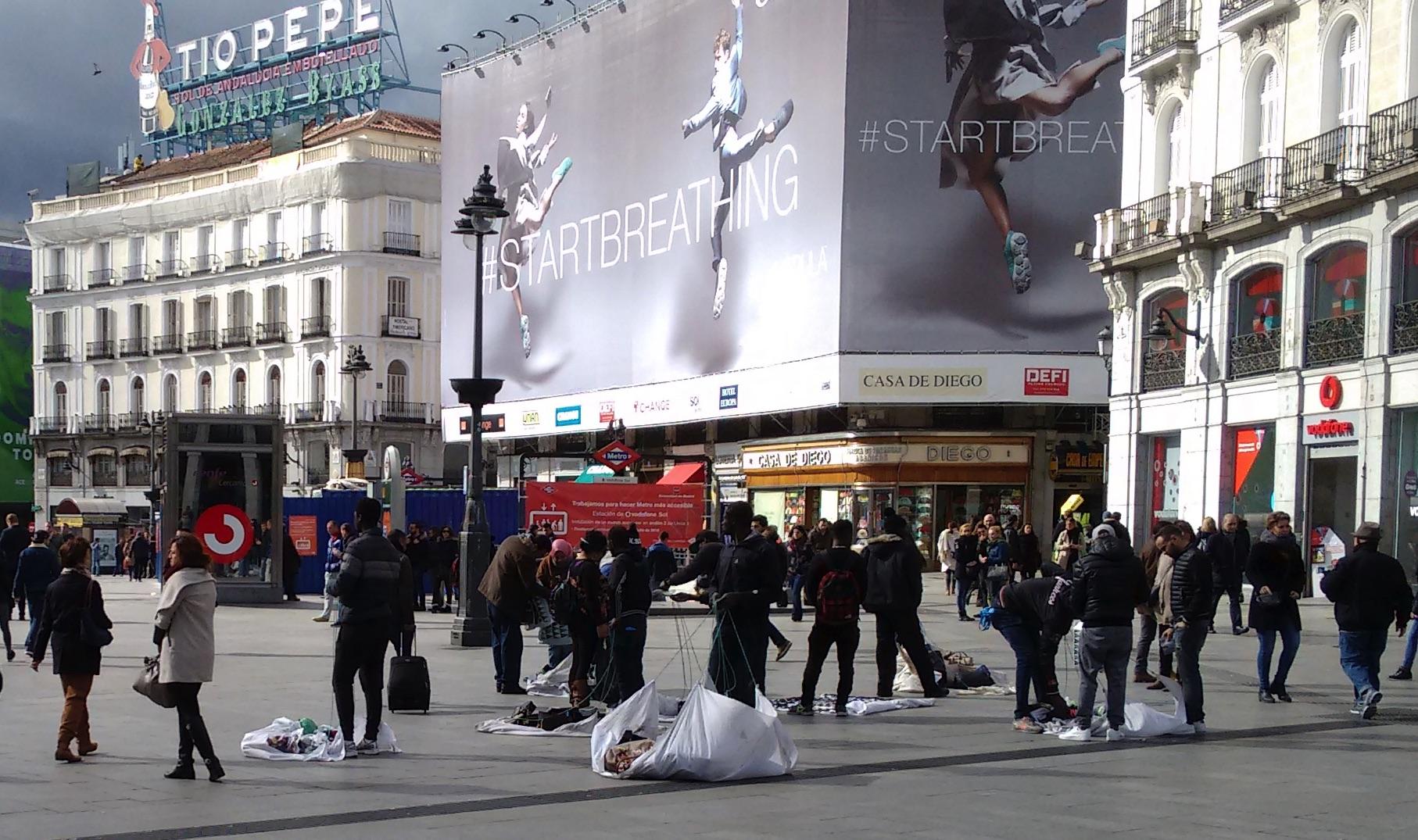 Vendedores ilegales en la Puerta del Sol. (Foto: OKDIARIO)