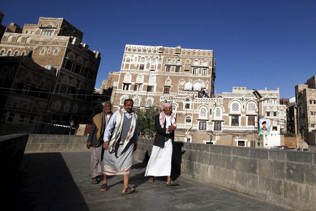 Ciudadanos yemeníes caminan por Sanaa. (Foto: Reuters)