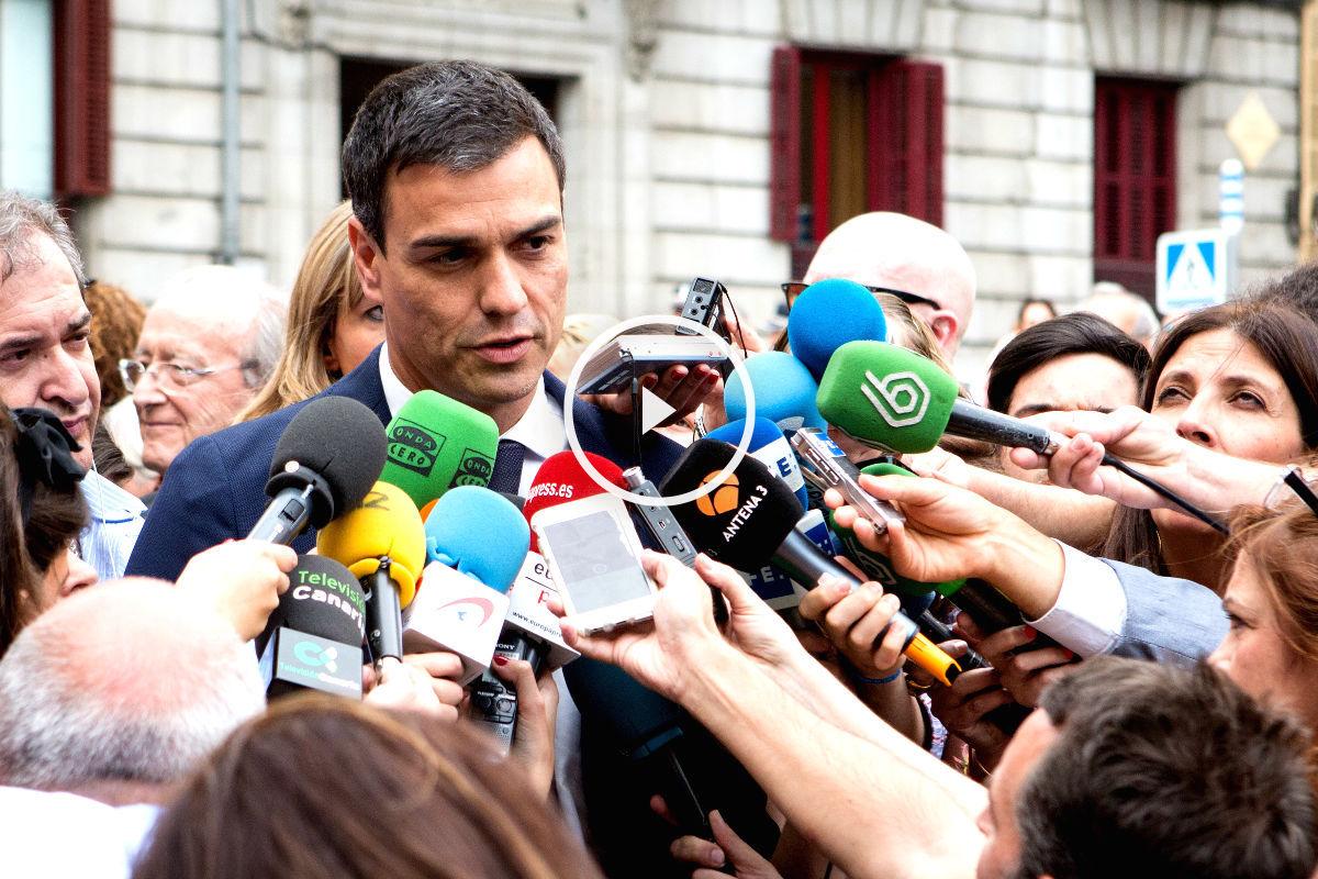 Pedro Sánchez atendiendo a los medios de comunicación (FOTO:Gettyimages)