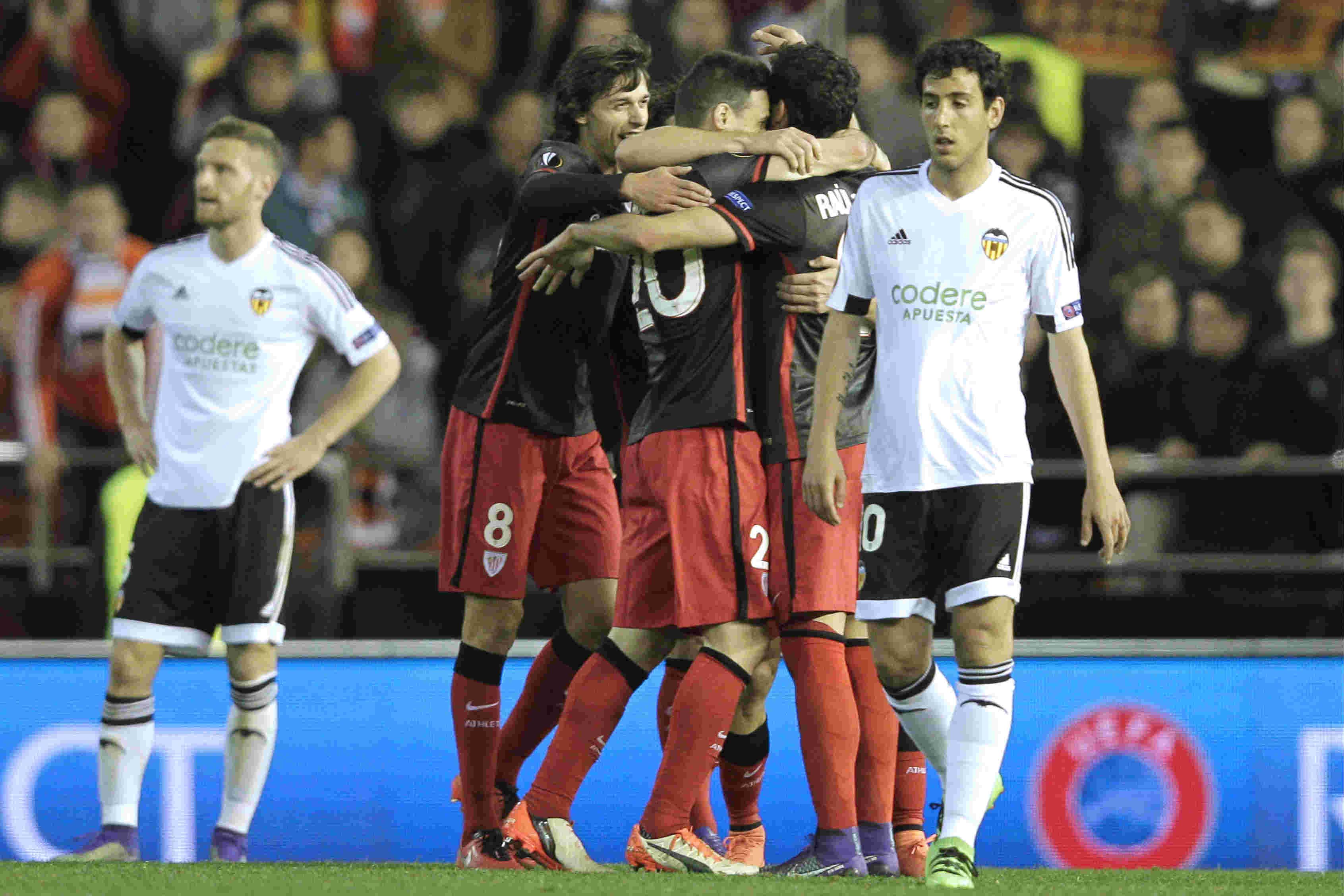 Los jugadores del Athletic se abrazan a Aduriz. (AFP)
