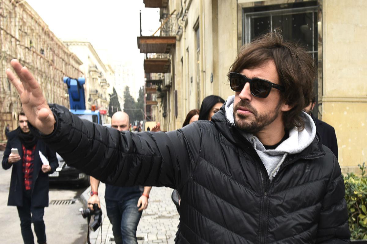 Fernando Alonso pasea por las calles de Baku. (AFP)