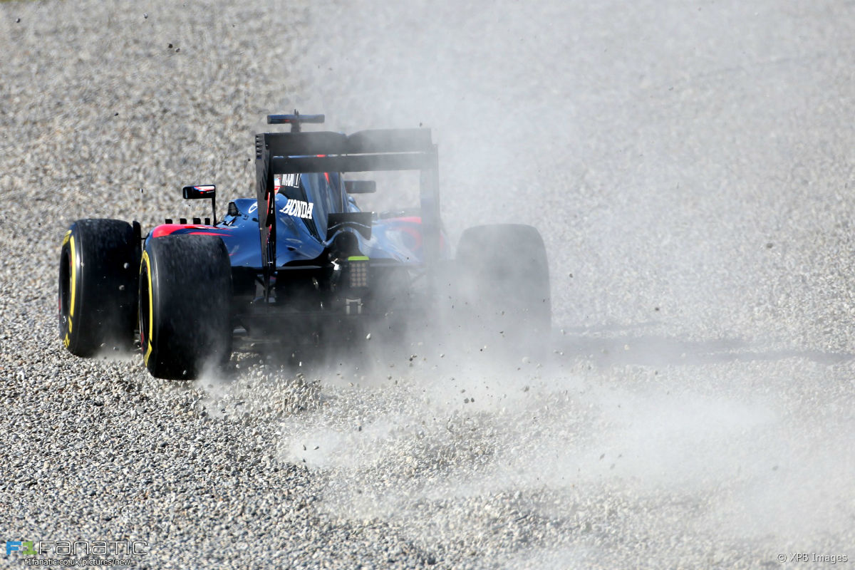 Alonso, que se salió de pista en Montmeló, cargó contra la Fórmula 1.