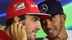 Fernando Alonso, en su etapa en Ferrari, junto a Lewis Hamilton. (AFP)