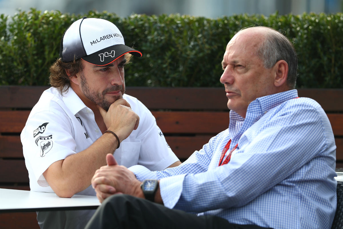 Fernando Alonso charla con Ron Dennis. (Getty)