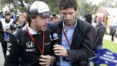 Fernando Alonso atiende a su amigo y ex piloto Marc Webber en Australia. (Reuters)