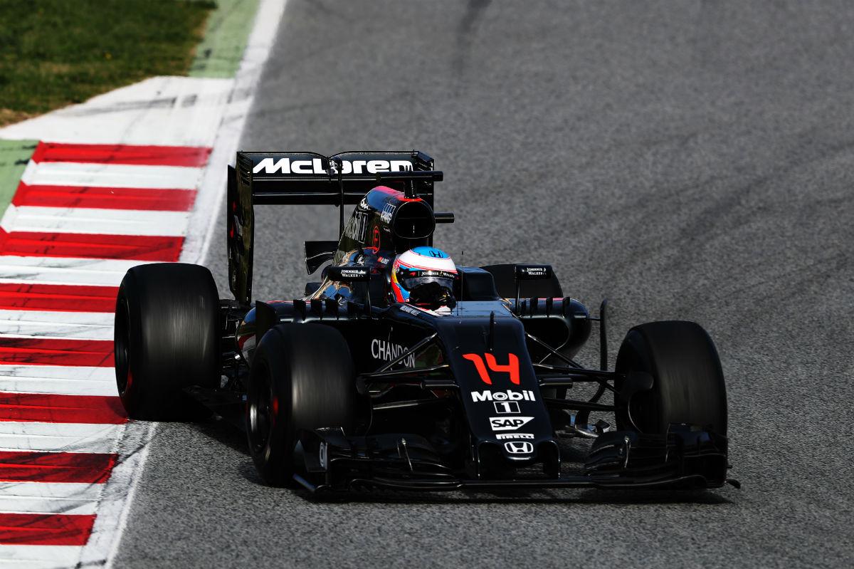 Alonso entra cruzado a una curva en Montmeló. (Getty)