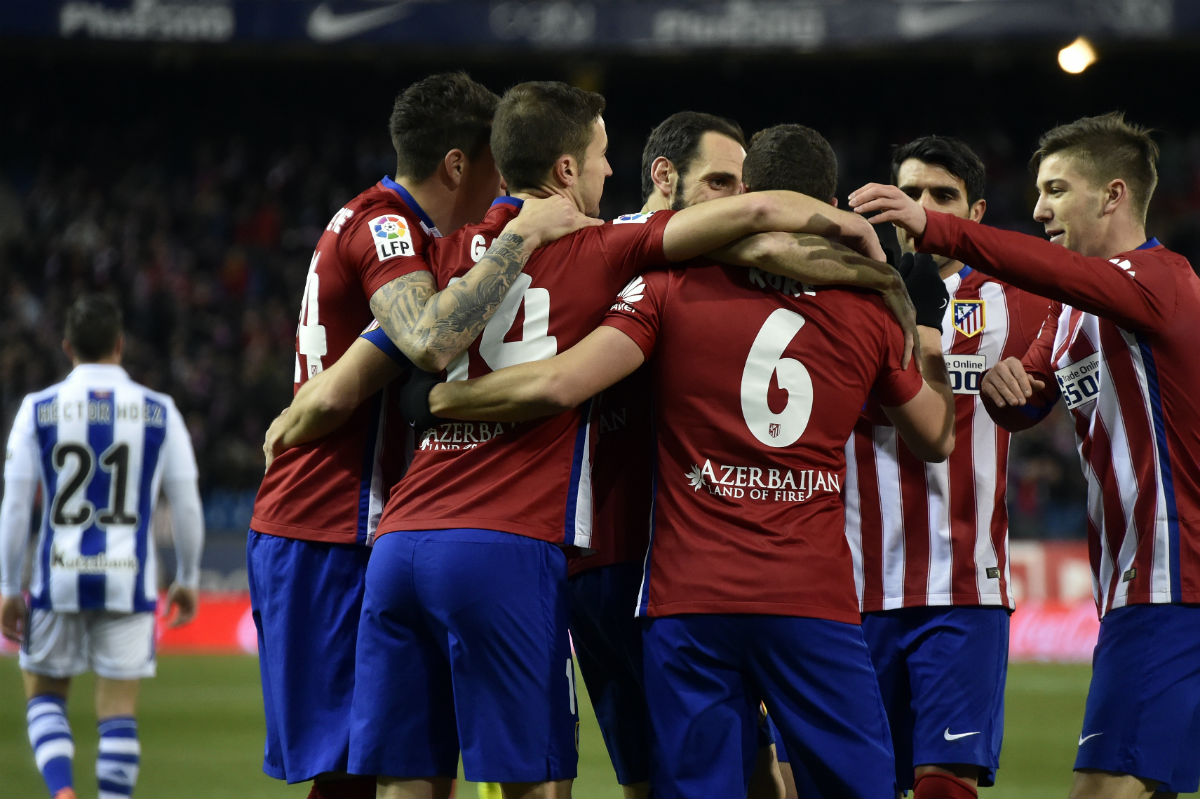 Los jugadores del Atlético celebran el primer gol contra la Real Sociedad. (AFP)
