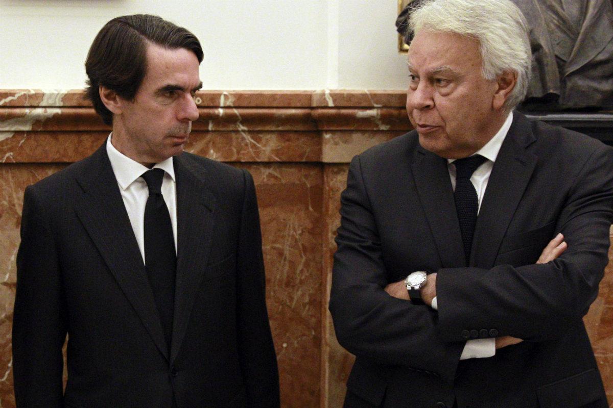 Los ex presidentes del Gobierno José María Aznar y Felipe González. (AFP)