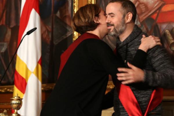 Eloi Badia besa a Ada Colau el día de su toma de posesión. (Ayuntamiento de Barcelona)