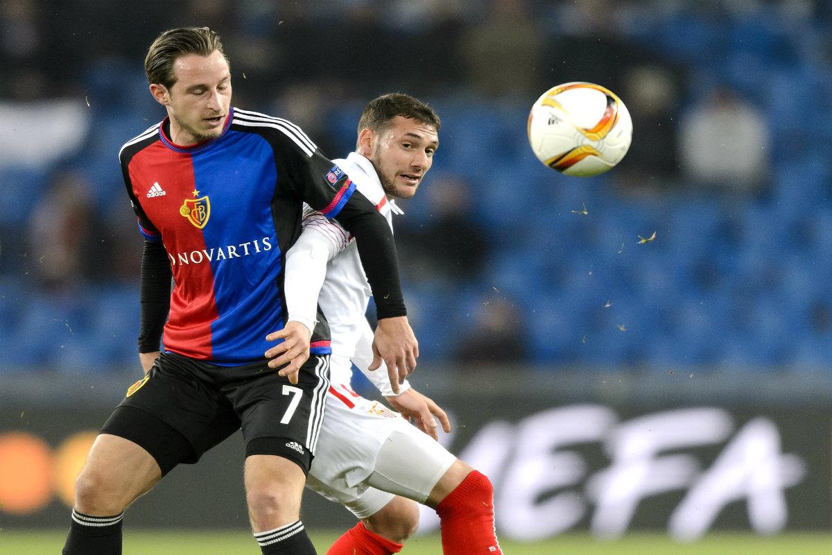Zuffi y Cristóforo pelean por un balón durante el partido. (AFP)
