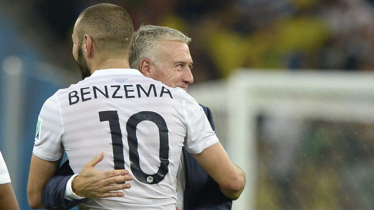 Deschamps abraza a Benzema en un partido con Francia. (AFP)