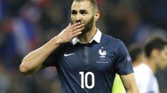 Benzema lanza un beso a la afición en un partido de Francia. (AFP)