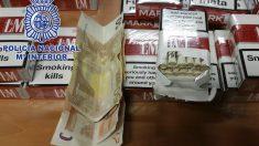 Los detenidos intentaban pasar 200.000 euros, en billetes de 50 y 500, como si fuera tabaco. (Foto: Policia Nacional)