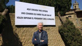 Albert Boadella, junto al muro de su casa en Jafre, Gerona. (EFE)