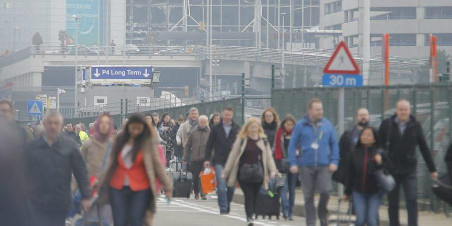 Miles de personas huyen del aeropuerto de ZAventem, Bruselas, después de los atentados.