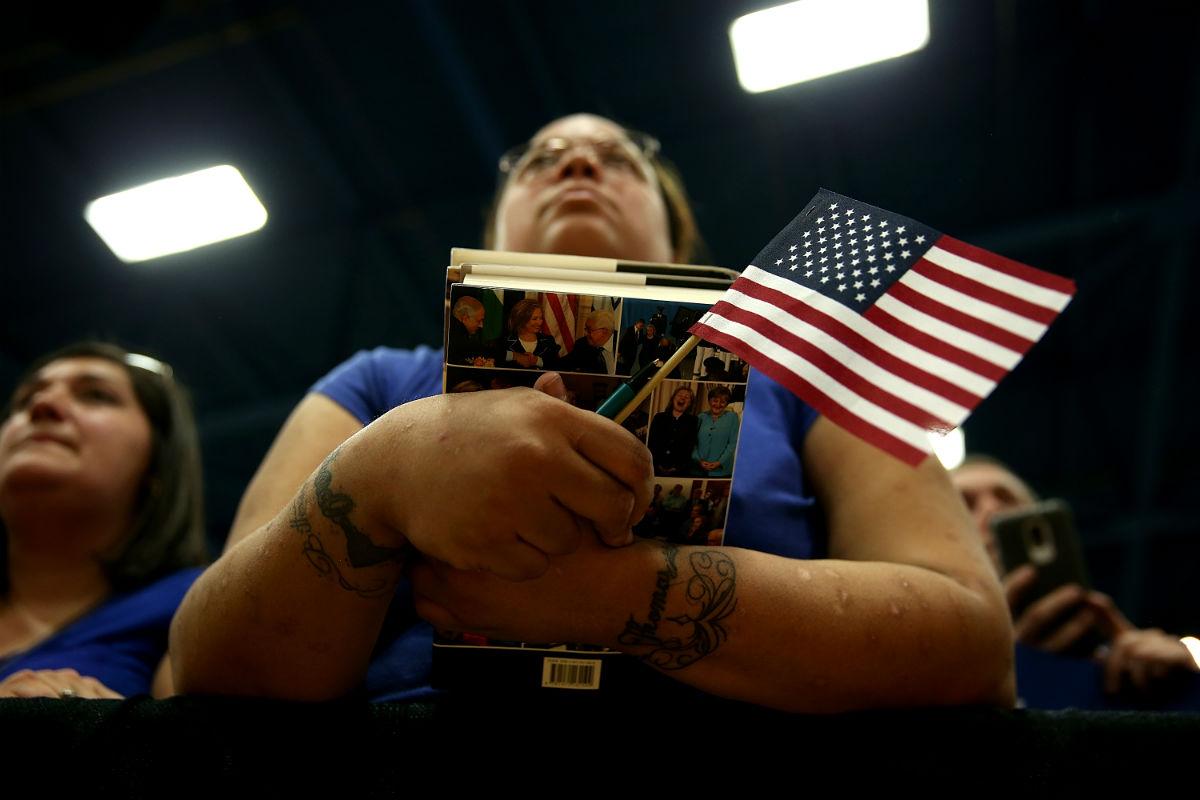 Imagen de una de las seguidoras de la candidata demócrata Hillary Clinton durante el Super Tuesday. (AFP)
