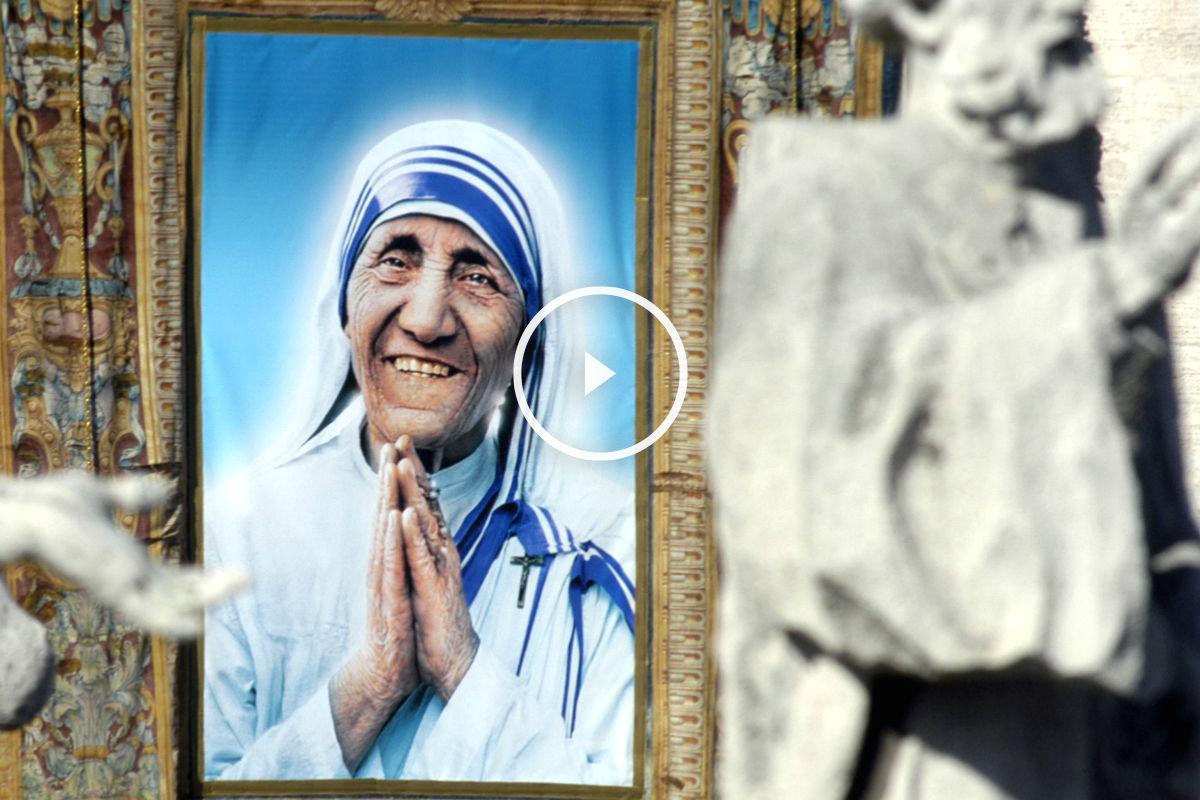 Imagen de la madre Teresa de Calcuta pintada sobre un tapiz colgado en la plaza del Vaticano. (Efe)