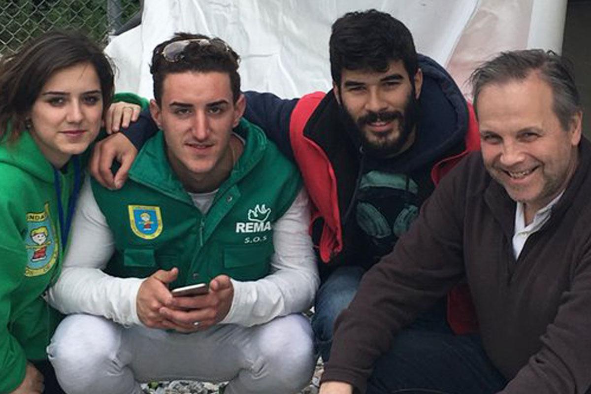 Antonio Miguel Carmona con desplazados. (Foto: Twitter)