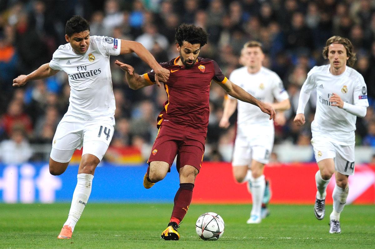 Casemiro disputa un balón con Salah en el partido ante la Roma. (Getty)