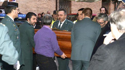 El féretro del guardia civil muerto a su llegada al Ayuntamiento de Barbastro (Foto: Efe).