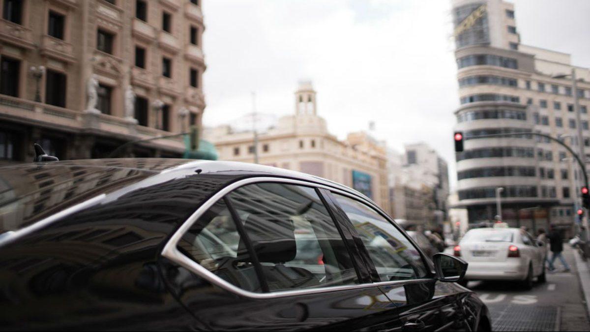 Coche de Uber circulando por la Gran Vía de Madrid (Foto: UBER).