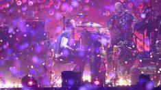Chris Martin cantando en el piano (Getty)