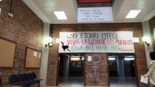 Imagen de la Facultad de Políticas de la Complutense donde han colgado el cartel de bienvenida a Otegi. (Foto: APM)