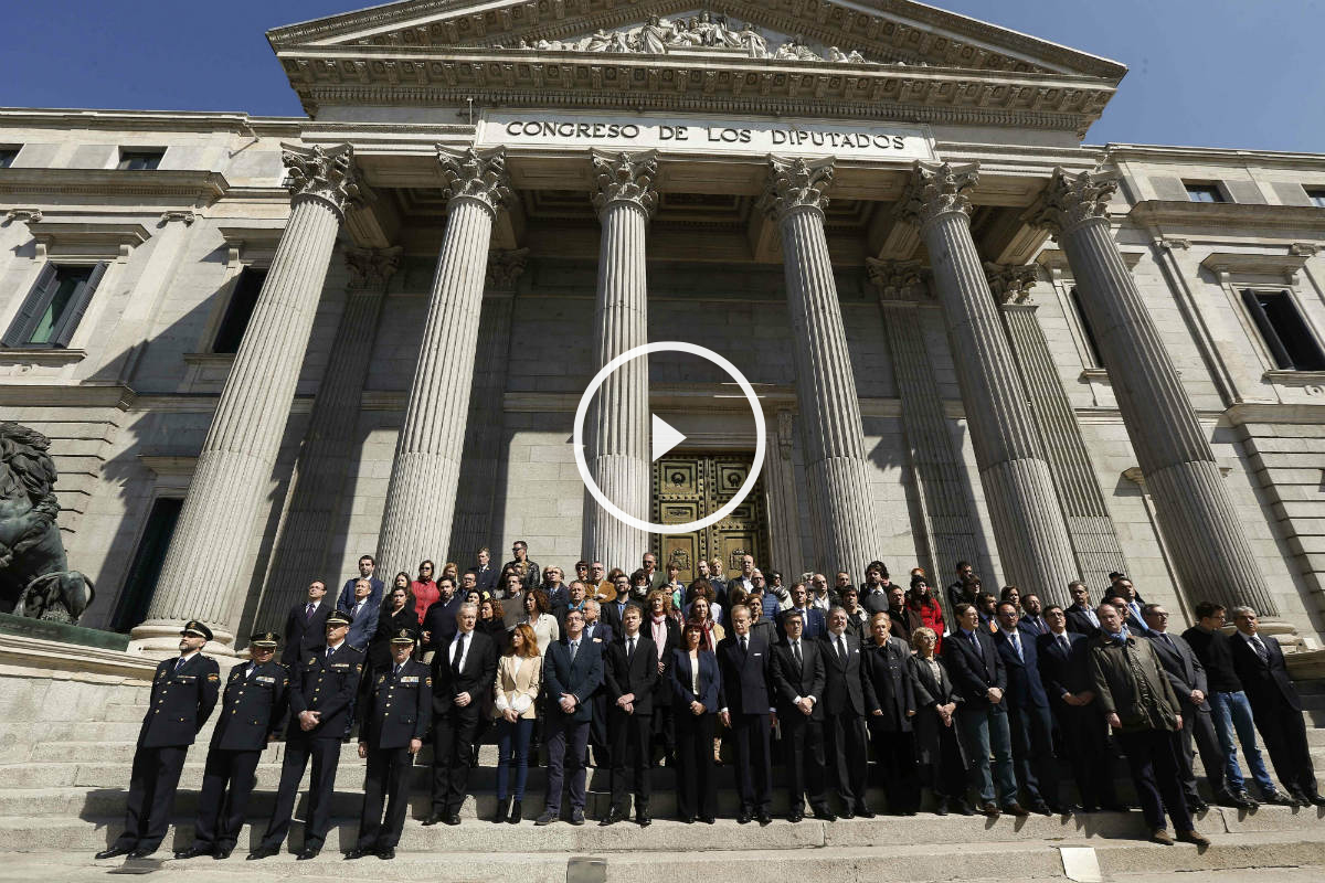 Minuto de silencio por las víctimas del atentados de Bruselas en la fachada del Congreso (Foto:EFE)