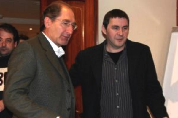 Brian Currin y Arnaldo Otegi.