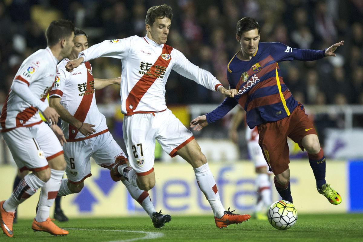Diego Llorente disputa un balón con Leo Messi en el Rayo-Barcelona. (Getty)