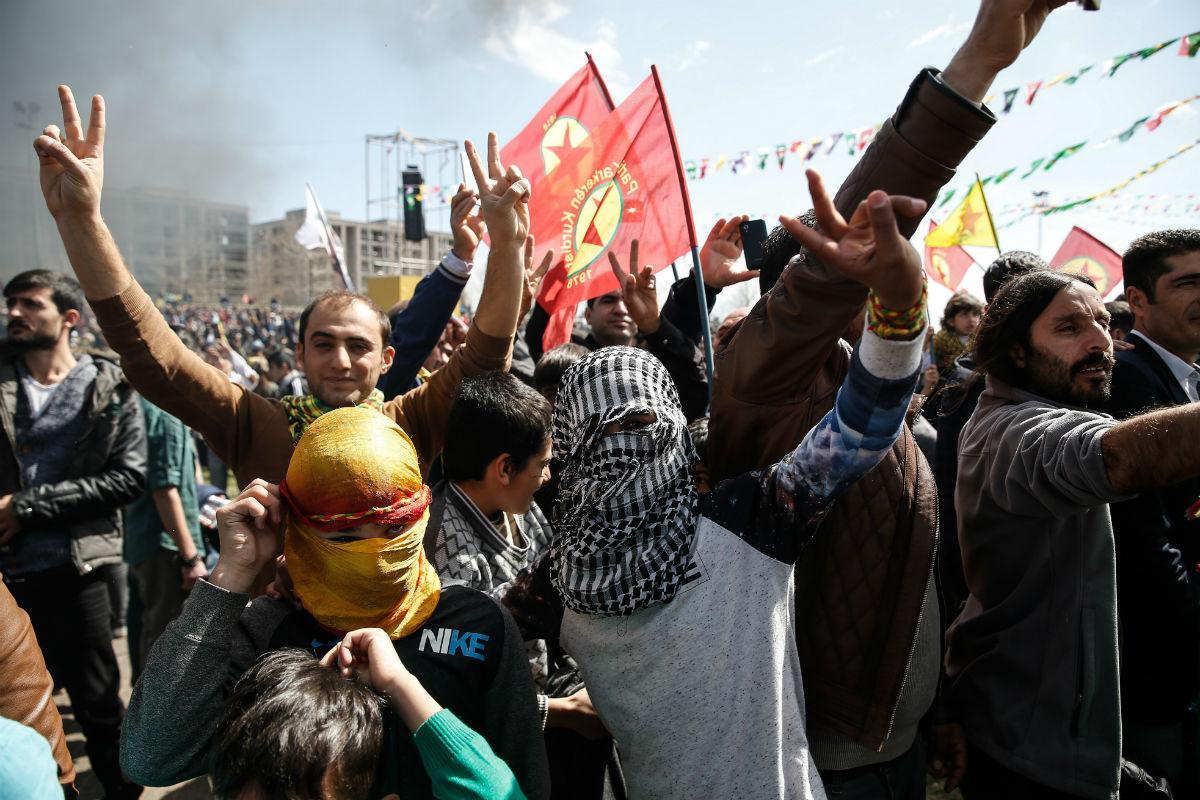 Ciudadanos kurdos, durante la reciente celebración del reivindicativo año nuevo en Diyarbakir. (Getty)