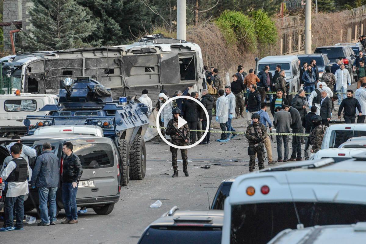 Policías y militares turcos en el lugar del atentado en Diyarbakir. (Reuters)