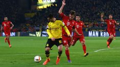 Mkhitaryan trata de controlar el balón ante un rival. (Getty)