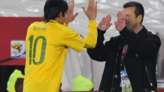 Dunga saluda a Kaká en un partido del Mundial de Sudáfrica. (AFP)