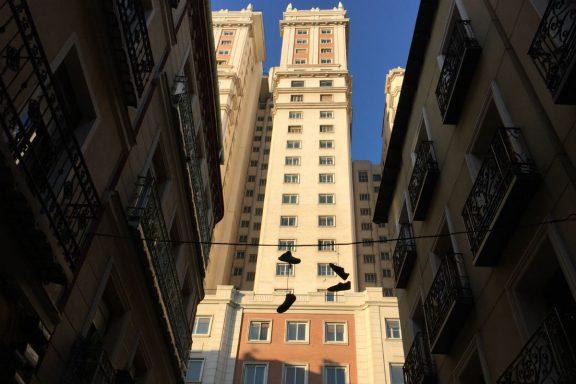 Vista del Edificio España desde la Calle de los Dos Amigos.