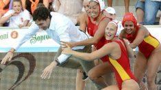 Las chicas de Miki Oca celebra la clasificación a los Juegos de Río tirándose a la piscina junto al técnico. (Twitter: LaLiga4Sports)
