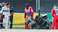 Fernando Alonso mira su coche tras el accidente. (Getty)