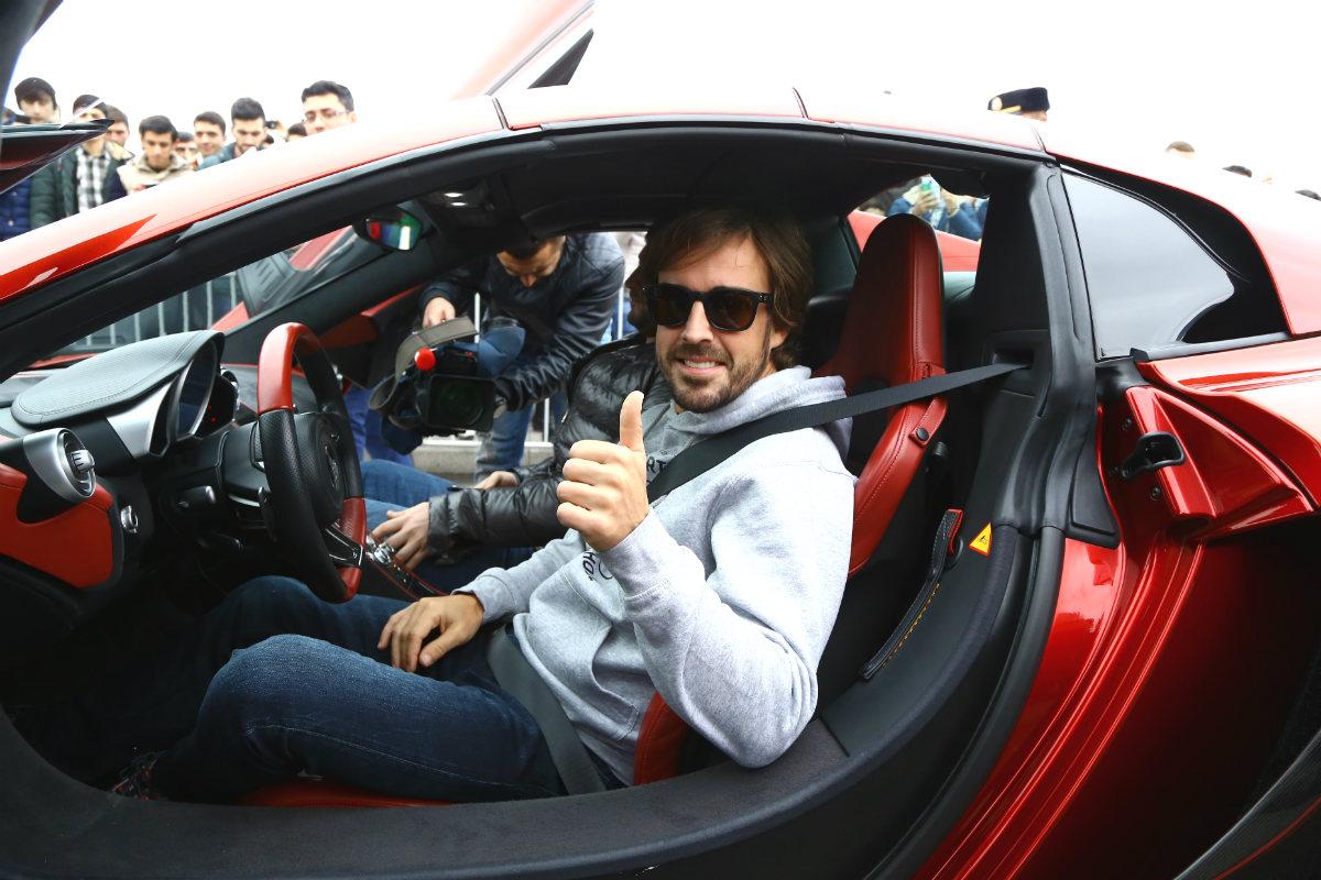 Fernando Alonso, subido a un Ferrari en Bakú. (Getty)