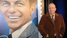 Frank Sinatra Jr. junto a una imagen de su padre. (Foto: AFP)