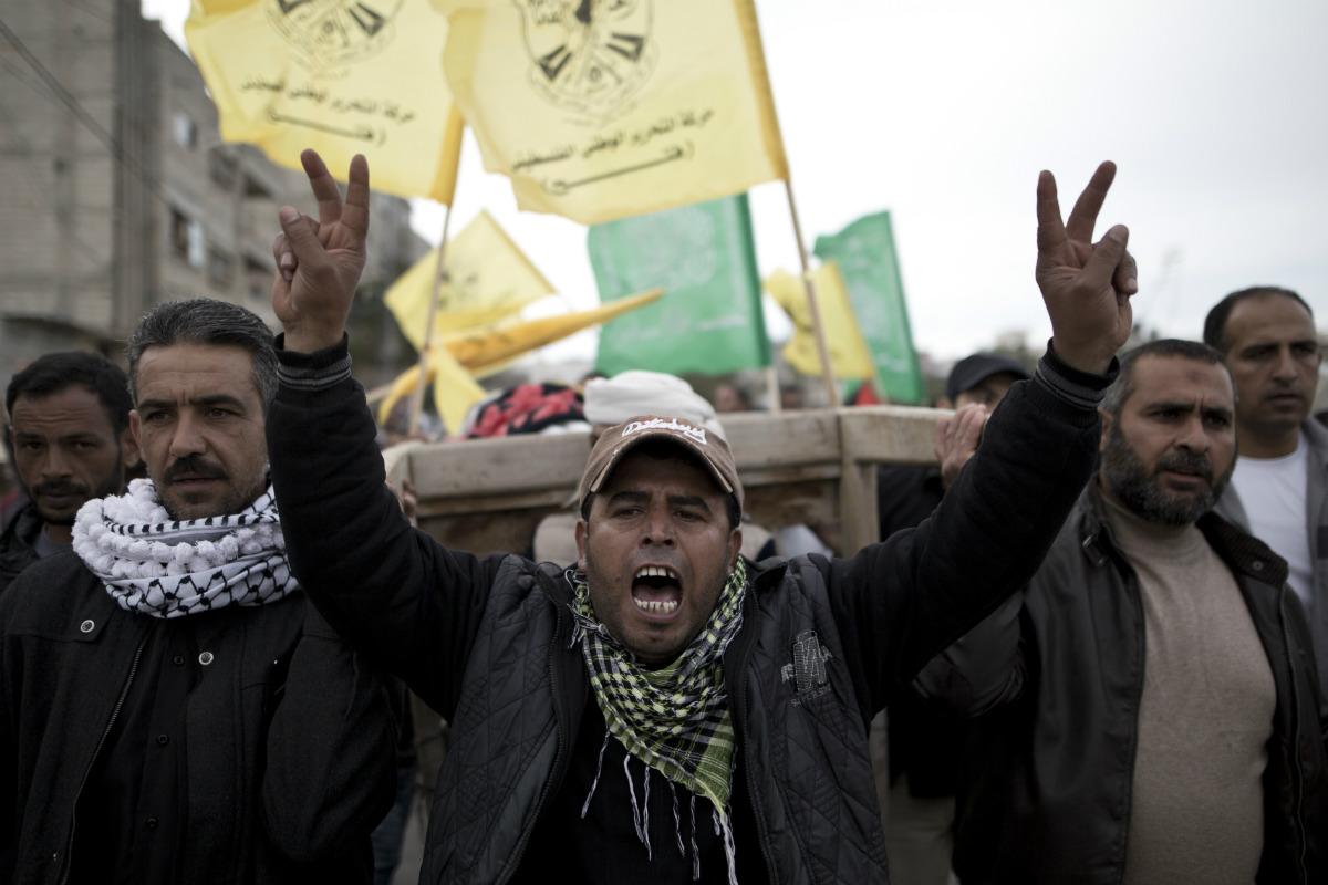 Habitantes de Gaza y familiares de los niños muertos en la respuesta israelí a los ataques terroristas palestinos. (AFP)