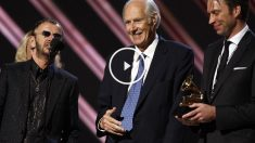 George Martin, centro, junto a Ringo Starr (izquierda) durante la entrega de los Grammy. (Foto: Getty)